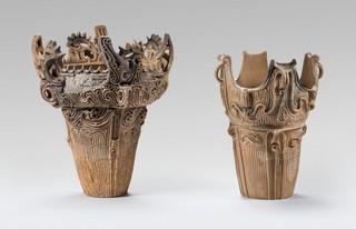 道尻手遺跡の火焔型土器(左)と王冠型土器(右).jpg